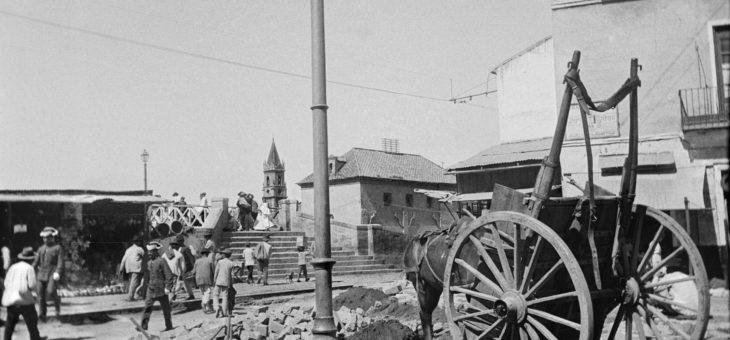 Málaga. Puerta Nueva esquina Carreterías hacia 1905.