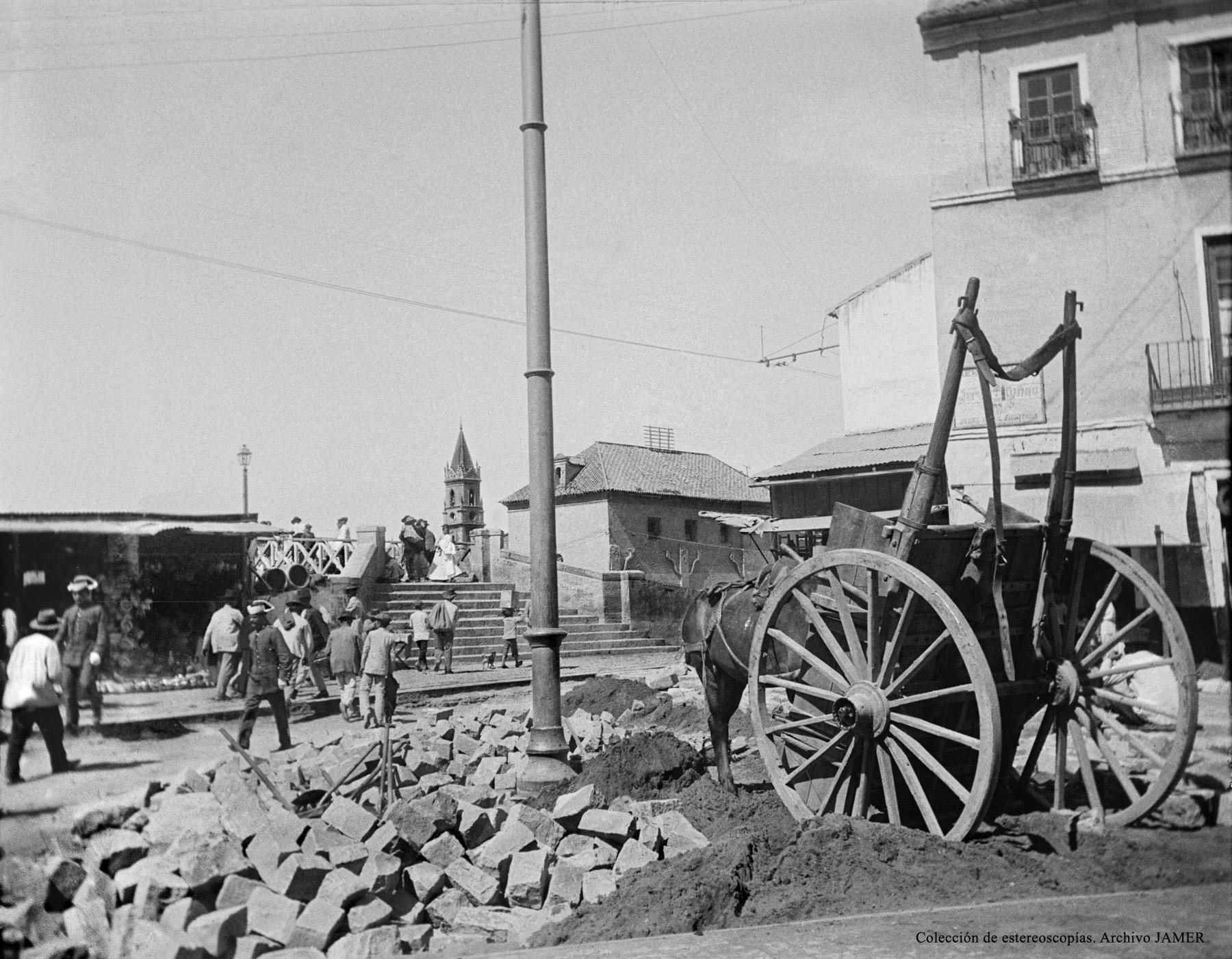 Málaga. Obras de saneamiento urbano en Puerta Nueva esquina Carreterías hacia 1905. Archivo Jamer