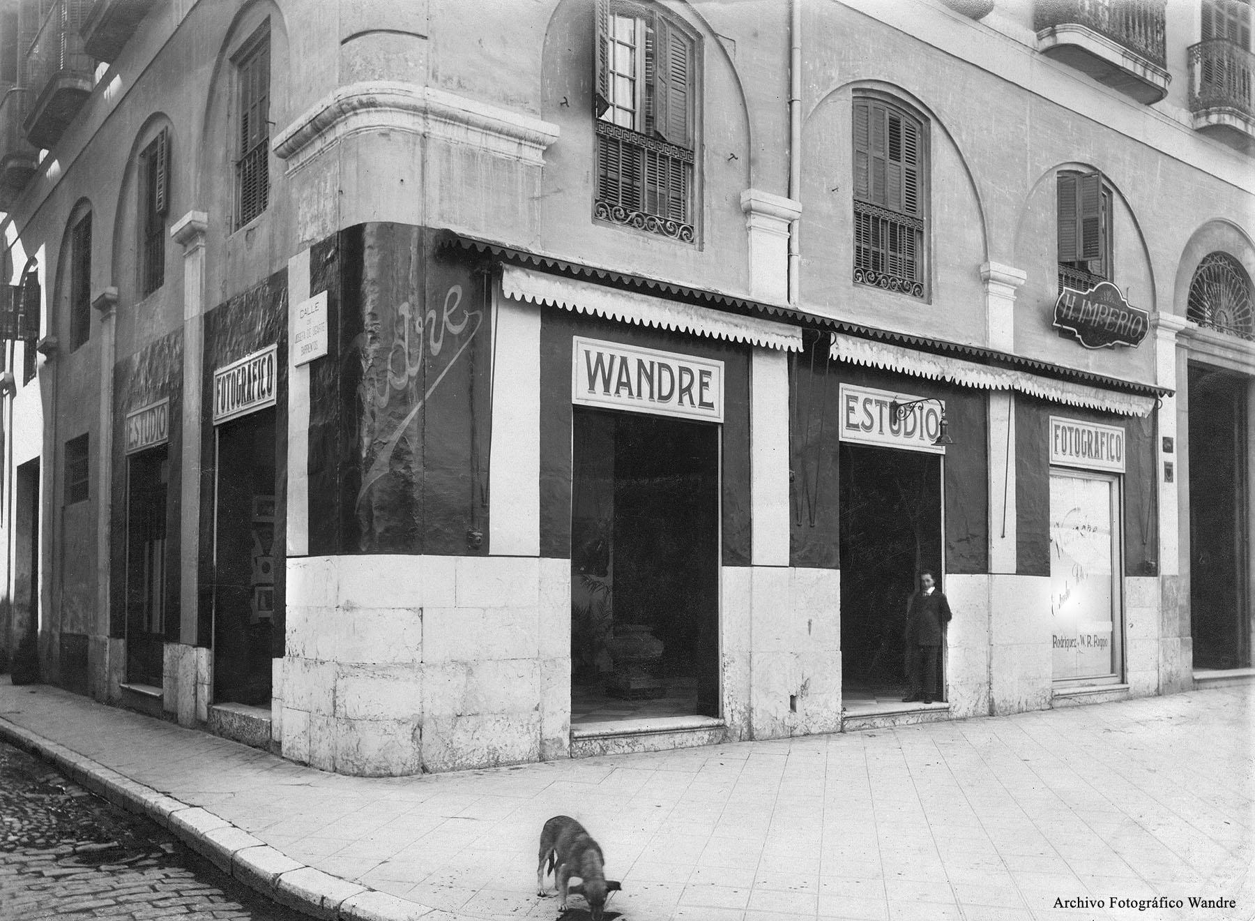 Estudio Fotográfico Wandre. Puerta del Mar, esquina calle Panaderos, Málaga. Archivo Fotográfico Wandre.
