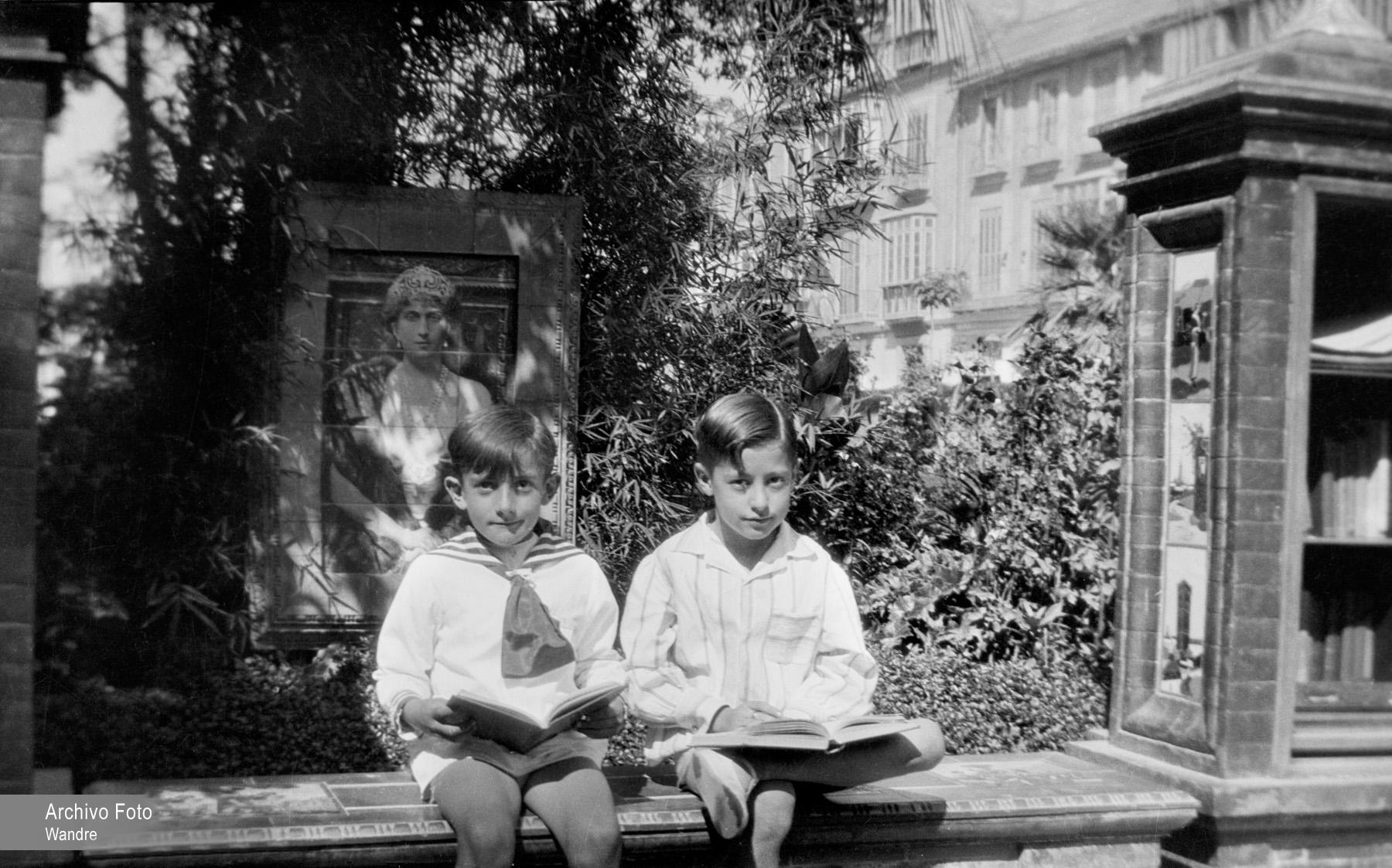 Dos niños leyendo en la Biblioteca de Señoras del Parque de Málaga. Hacia 1927. Archivo Foto Wandre.