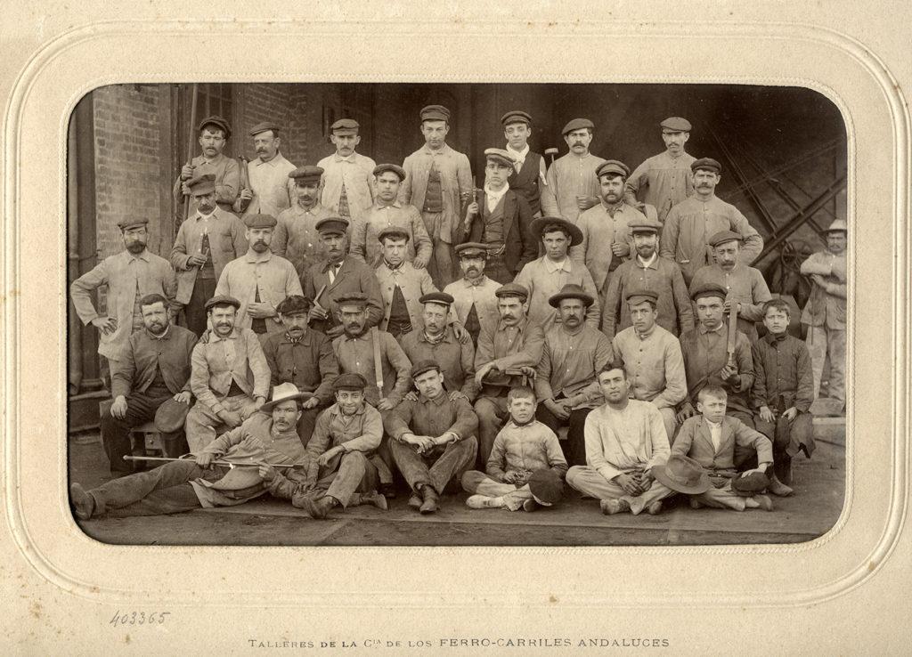 Retrato de un grupo de obreros y aprendices de Ferrocarriles Andaluces. J. David, 1903.