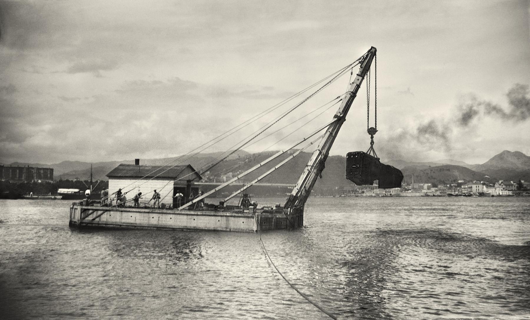 Desembarco en el puerto de Málaga de maquinaria de British Locomotive Work para Ferrocarriles Andaluces. Mayo, 1919.