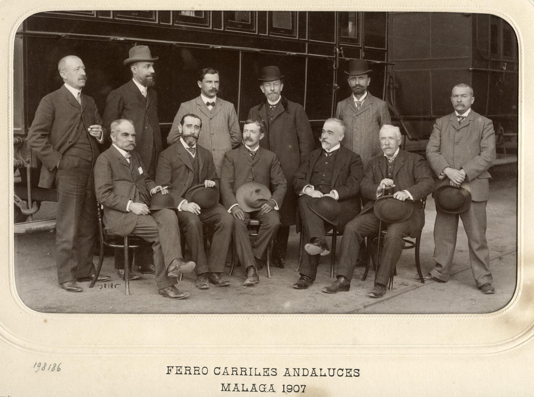 Málaga, directivos de Ferrocarriles Andaluces. De pie, segundo a la derecha de la imagen, Emile Rennes. Foto J. David, 1907.