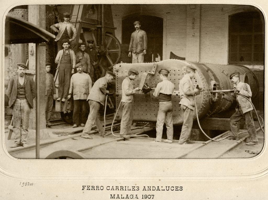 Montaje de una locomotora en los talleres malagueños de Ferrocarriles Andaluces. Foto J. David, 1907.